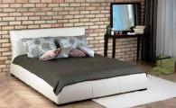 Тапицирана спалня в бяло