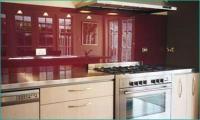 кухня с гръб червено стъкло