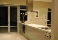 кухня с висящ абсорбатор