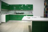 Г- образна кухня в зелено