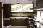 Кухня цвят венге и принт стъло