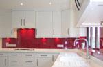 Кухнята е изработена в изцяло бели шкафове е