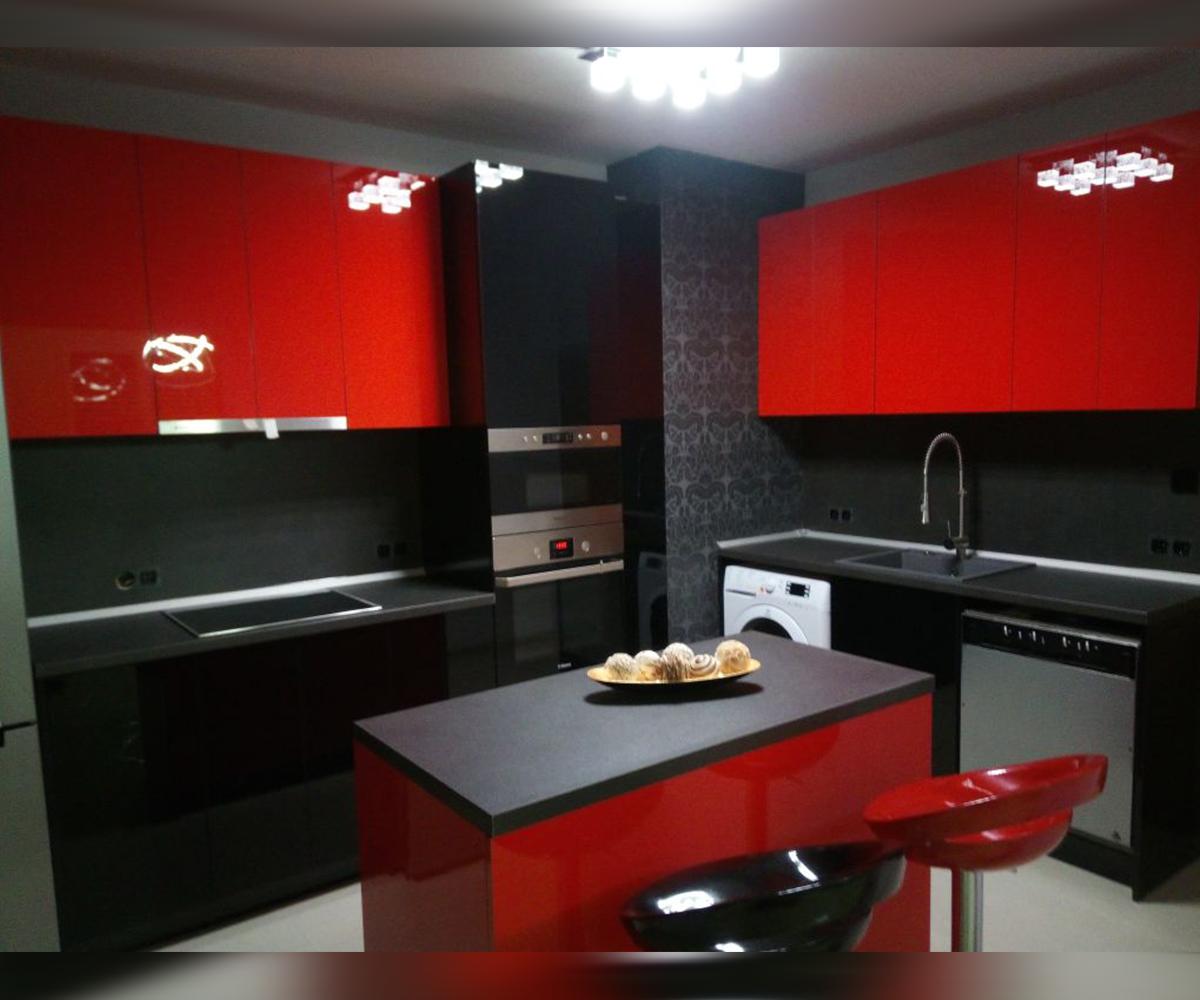 Кухня по поръчка в червено и черно гланц