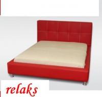 Червена тапицирана спалня