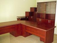 Офис бюра с шкафове за документи