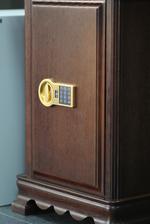 Поръчкова изработка на работни сейфове и за магазин за часовници