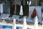 Модерни шезлонги за малък басейн