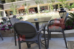 Пластмасови кафяви столове, с различни цветове