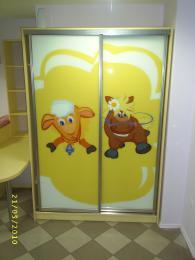 Гардероб с принт стъкло за детска стая