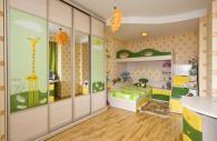 Детска стая в зелено, жълто и дървесен цвят