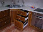 Кухня с шкафове с чекмеджета по поръчка 202-2616