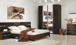 Обзавеждане за спалня в един цвят, с три нюанса на кафявото на таблата на леглото и двукрилен гардер