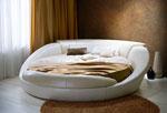 Тапицирана спалня в кремав цвят с четири възглавници на таблата