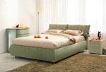 Поръчкова спалня в зелено с две възглавници, прикачени към таблата с текстилна тапицерия на цветя 31