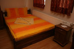 дървена спалня и шкафчета от масив по поръчка