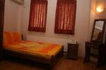 спалня от масив с нощни шкафчета