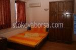 изработка по поръчка на дървена масивна спалня с гардероб
