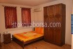масивна спалня с трикрилен гардероб