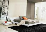 Индивидуален проект на спалня с извита табла, от същото парче дърво като основата