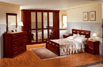 Стилна спалня по поръчка от тъмно дърво с червени отсенки и индивидуални табли