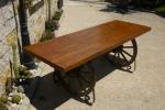 Изработка на дървени маси за механи по поръчка