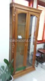 дървена витрина със стъкло