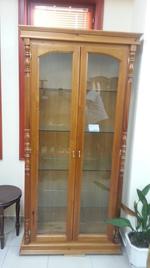 стъклени дървени витрини по поръчка
