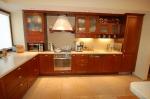 Поръчкова изработка на мебели за луксозна кухня вносители