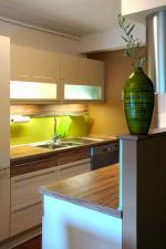 Кухня с чекмеджета с гръб ,боя стъкло.