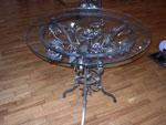 Кръгла маса със стъклен плот