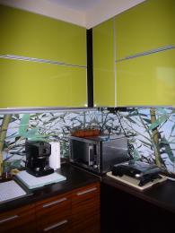 Кухня в зелено, кафяво и черно от МДФ, ест. фурнир, зебрано