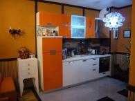 Кухня в оранжево и бяло от МДФ, гланц лак