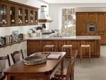 кухни класически в естествени цветове с плавни механизми