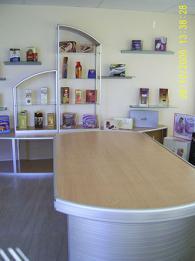 Модерни мебели за търговско обзавеждане