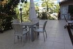Универсален стол и маса от ратан бежови за всесезонно използване