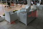 Универсален стол и маса от бял ратан за всесезонно използване
