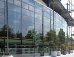 стъклена окачена фасада