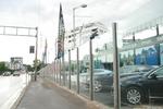изграждане на ограда за автокъща от стъкло