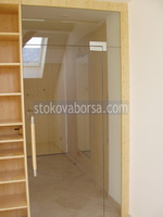 изработка на стъклена врата с едно крило