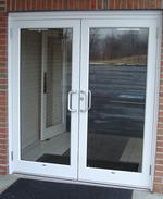 стъклена врата с две отварящи се крила