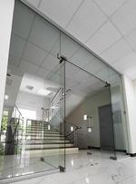 стъклена врата с две отварящи се крила по поръчка