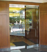 по поръчка стъклена врата с две крила