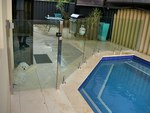 изработка и монтаж на стъклени огради за басейни