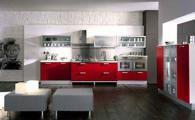 Модерна кухня с червени шкафове