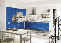Ъглова кухня със сини шкафове