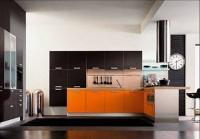 Кухня в оранжево и кафяво