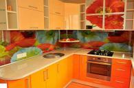 Ъглова кухня с флорални елементи