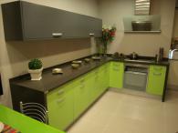 Ъглова кухня от пдч в зелено и сиво