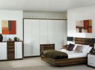 Спалня в дървесен декор и бяло