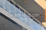 изработка на балконски иноксови парапети със синьо стъкло